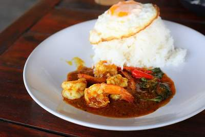 Curry de huevos y gambas