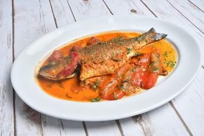 Pescado entero al horno con salsa de tomate